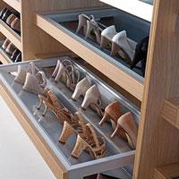 Хранение обуви в гардеробной.